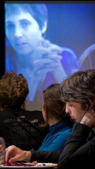 Ilay den Boer met zijn moeder in Eet smakelijk<br/>Fotografie: Moon Saris, Theater in beeld